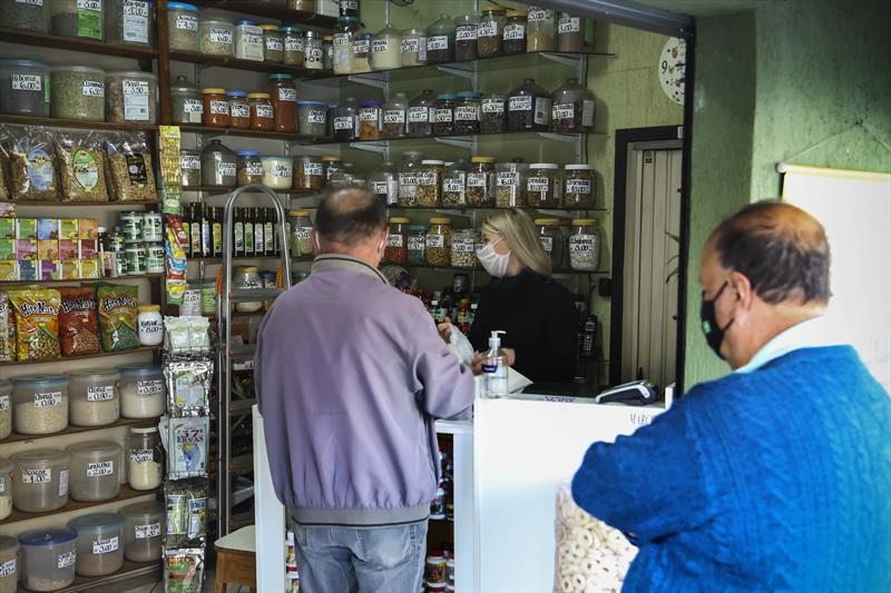 Comerciantes e clientes aprovam campanha da Prefeitura  Compre no Bairro, que incentiva a valorização dos empreendimentos locais.   Curitiba, 05/08/2020. Foto: Luiz Costa /SMCS.