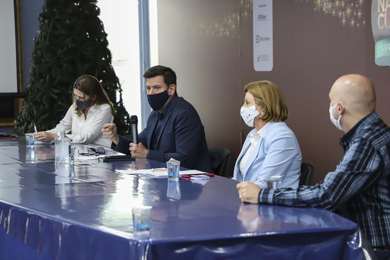 O secretário do Governo Municipal, Luiz Fernando Jamur e a secretária da Saúde, Márcia Huçulak, em reunião com os setores econômicos sobre as ações de combate ao covid-19. Curitiba, 20/11/2020. Foto: Hully Paiva/SMCS