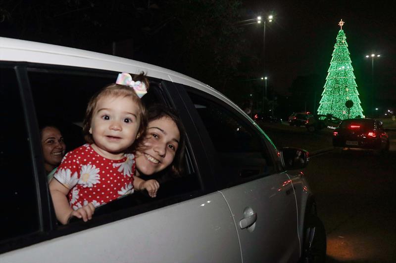 Famílias se encantam com o Natal drive-thru do Parque Barigui. Na imagem: Caren Leal e suas filhas Cecília e Natália. Curitiba. 27/11/2020 Foto: Ricardo Marajó / SMCS