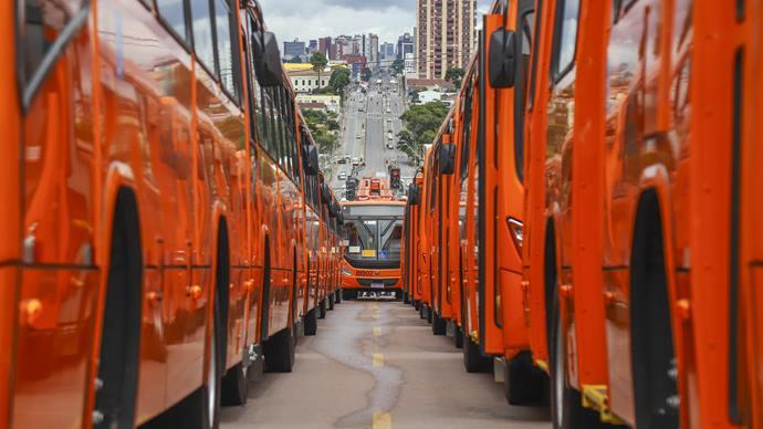 Entrega de 63 novos ônibus para a frota do transporte coletivo de Curitiba, atingindo a marca de 400 ônibus entregues desde 2017. Na imagem veiculos novos na canaleta do Bairro Santa Candida - Curitiba, 03/03/2020 - Foto: Daniel Castellano / SMCS