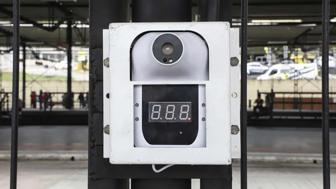 Termômetro digital infravermelho instalado no terminal do Santa Cândida. Curitiba, 17/08/2020. Foto: Hully Paiva/SMCS
