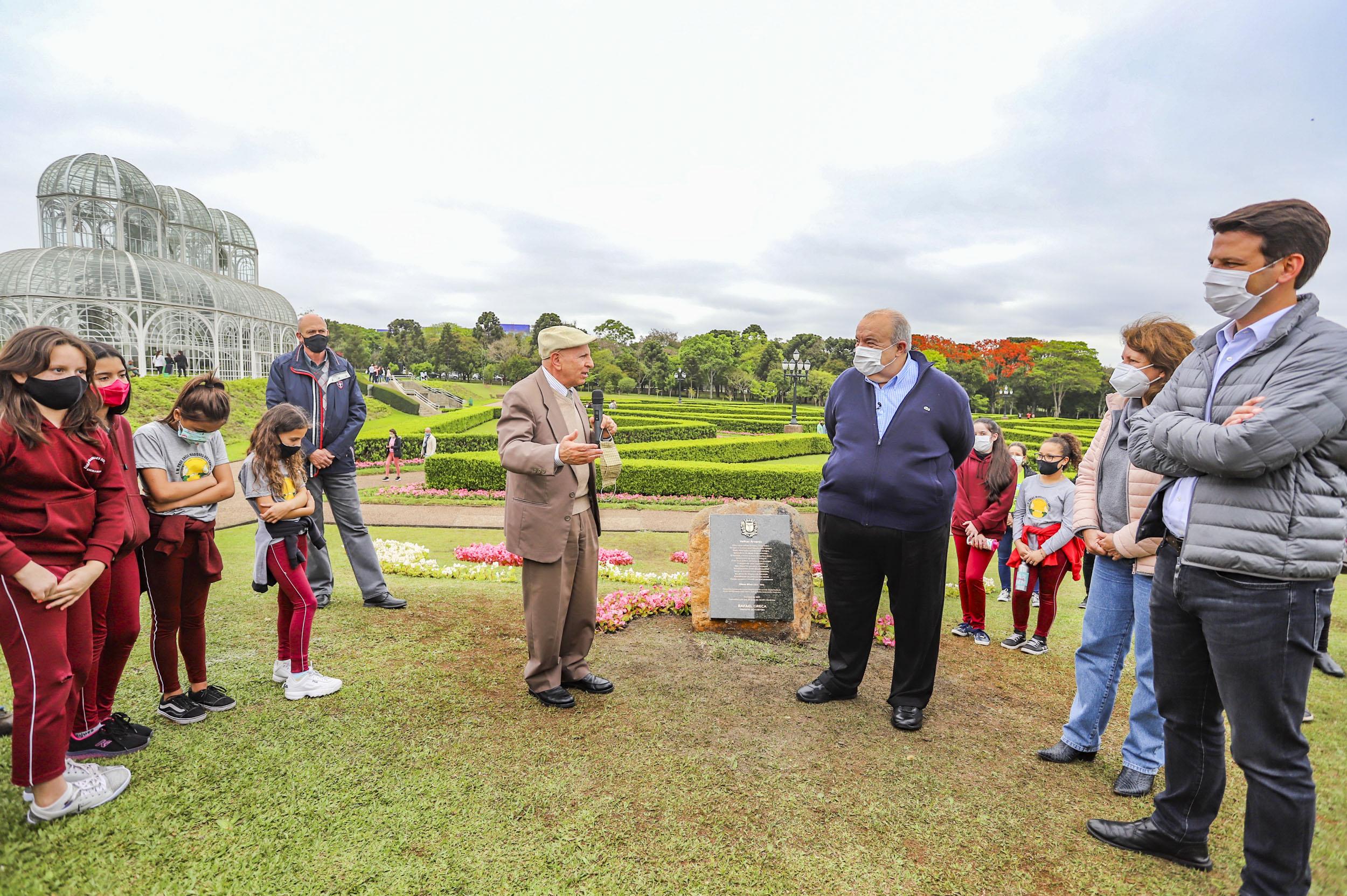 Novas araucárias e placa comemorativa marcam aniversário do Jardim Botânico