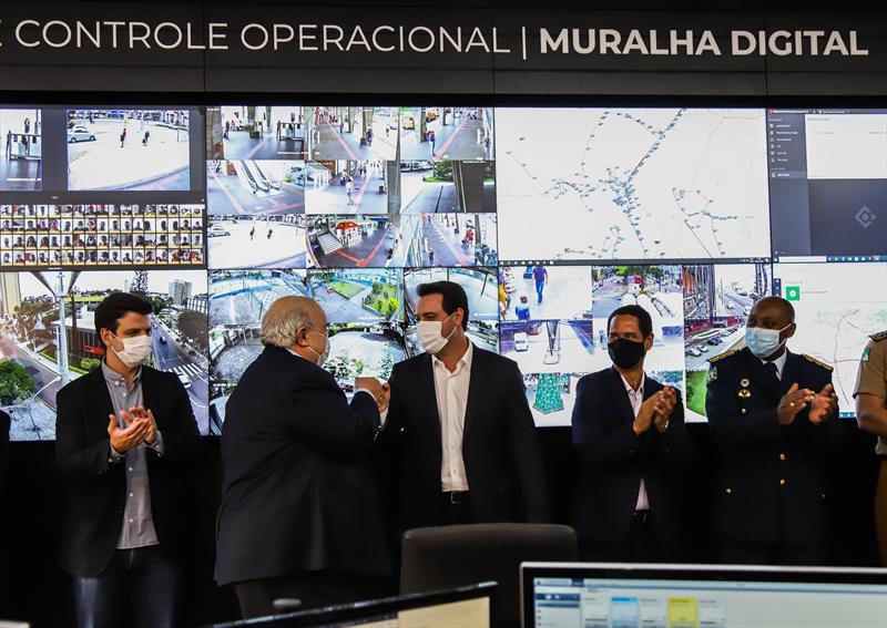 Prefeito Rafael Greca e Governador Ratinho Junior presentes na Inauguração do Centro de Controle da Muralha Digital, sistema de monitoramento inteligente com diversas cameras de monitoramento espalhadas pela cidade de Curitiba - Curitiba, 05/01/2021 - Foto: Daniel Castellano / SMCS