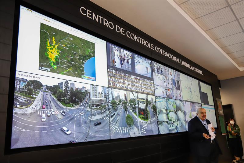 Prefeito Rafael Greca durante Inauguração do Centro de Controle da Muralha Digital, sistema de monitoramento inteligente com diversas cameras de monitoramento espalhadas pela cidade de Curitiba - Curitiba, 05/01/2021 - Foto: Daniel Castellano / SMCS