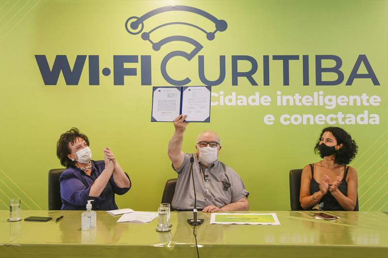 Prefeito Rafael Greca ao lado da primeira-dama Margarita Sansone e da presidente da Agência Curitiba, Cris Alessi, lança o Wi-Fi Curitiba. Curitiba, 07/01/2020. Foto: Pedro Ribas/SMCS