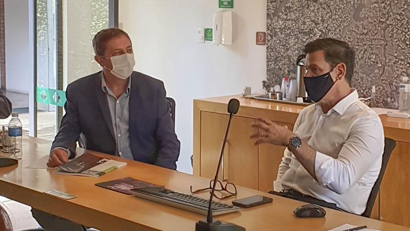 O presidente do Ippuc, Luiz Fernando Jamur e o prefeito de Foz do Iguaçu, Chico Brasileiro, alinharam cooperação técnica de Curitiba com a cidade das Cataratas. Foto: Divulgação