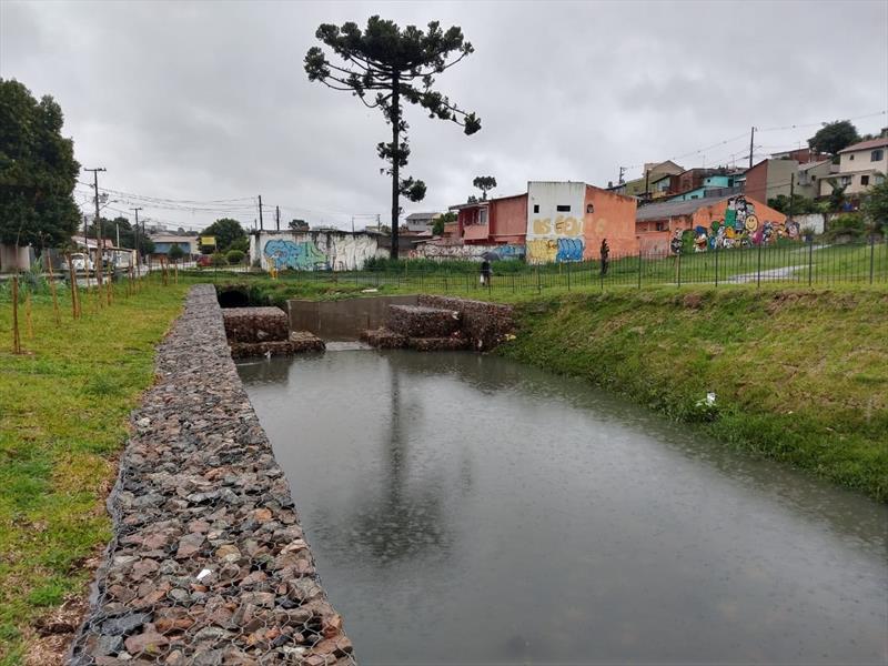 A bacia de contenção do Ribeirão dos Padilhas no Xaxim recém-concluídas pela Prefeitura teve seu primeiro teste com a forte chuva desta segunda-feira (18/1). Foto: Divulgação