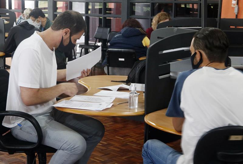 Entrega de documentos do técnicos de enfermagem contratados pelo PSS no Salão de Atos do Barigui. Curitiba, 21/01/2021. Foto Lucilia Guimarães/SMCS