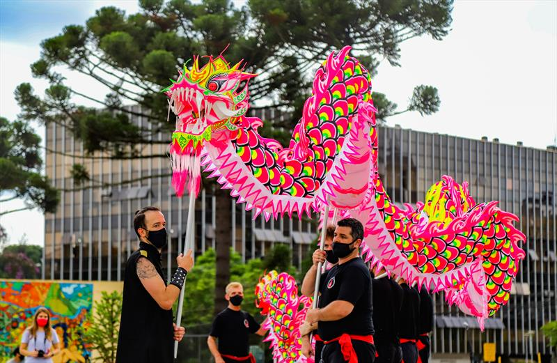 Apresentação do grupo de cultura chinesa Chiu Ping Lok na Praça Rio Iguaçu no Centro Civico, em alusão ao Ano Novo Chinês que é comemorado em Fevereiro - Curitiba, 22/01/2021 - Foto: Daniel Castellano / SMCS
