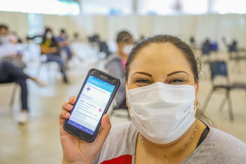 Começou hoje no Pavilhão de Exposições do Parque Barigui, a vacinação dos profissionais de Saúde que estão na linha de frente do combate ao Covid-19. Na imagem Cleo de Souza, enfermeira - Curitiba, 25/01/2021 - Foto: Daniel Castellano / SMCS