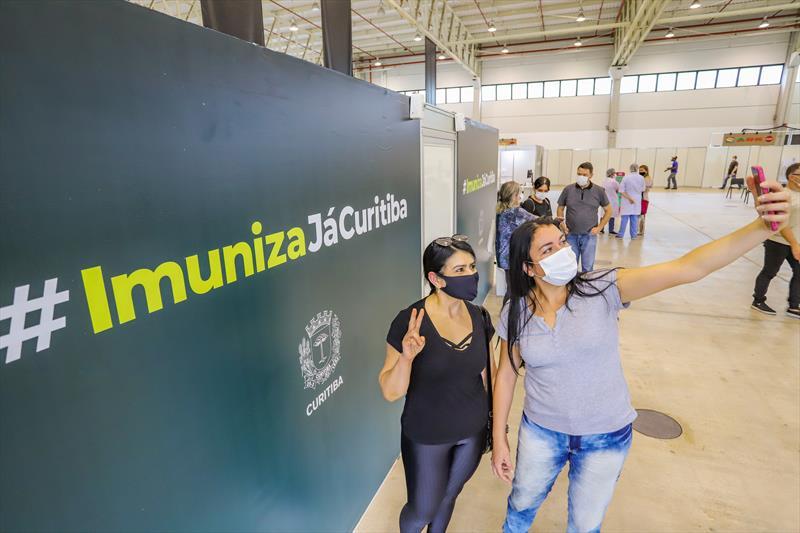Começou hoje no Pavilhão de Exposições do Parque Barigui, a vacinação dos profissionais de Saúde que estão na linha de frente do combate ao Covid-19. Na imagem técnicas em enfermagem Patrícia Lopes e Lilian Nunes, que trabalham na UTI do Instituto de Medicina - Curitiba, 25/01/2021 - Foto: Daniel Castellano / SMCS