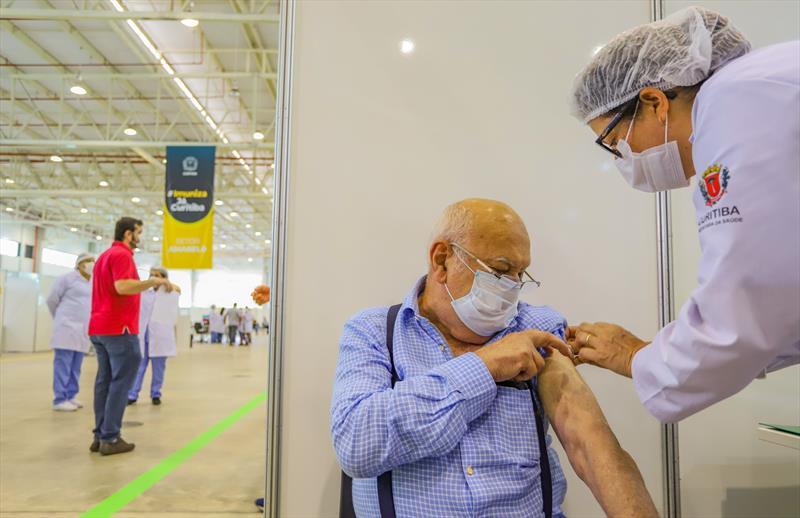 Começou hoje no Pavilhão de Exposições do Parque Barigui, a vacinação dos profissionais de Saúde que estão na linha de frente do combate ao Covid-19. Na imagem Dr Dorivam Celso Nogueira, médico da UPA Boqueirão - Curitiba, 25/01/2021 - Foto: Daniel Castellano / SMCS