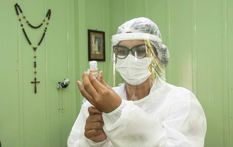 Idosos acamados começam a ser vacinado pelas equipes da Saúde de Curitiba.  A técnica de enfermagem Juliana Cristina, prepara vacina para aplicar na Dona Diomyra Scroccaro Boza. Curitiba, 08/02/2021. Foto: Ricardo Marajó/SMCS