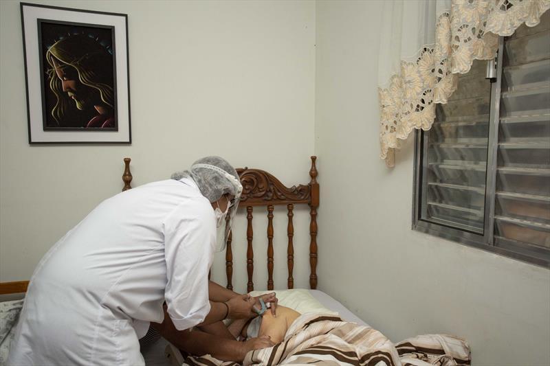 Idosos acamados começam a ser vacinado pelas equipes da Saúde de Curitiba. A técnica de enfermagem Juliana Cristina, aplica a vacina na Dona Ondina Soares Reis. Curitiba, 08/02/2021. Foto: Ricardo Marajó/SMCS
