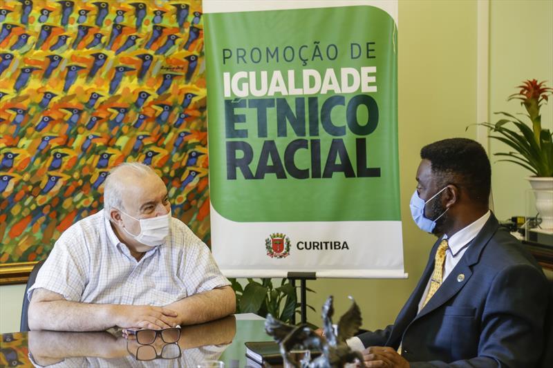 Prefeito Rafael Greca recebe o secretário Nacional de Políticas de Promoção da Igualdade Racial, Paulo Roberto. Curitiba, 23/02/2021. Foto: Pedro Ribas/SMCS