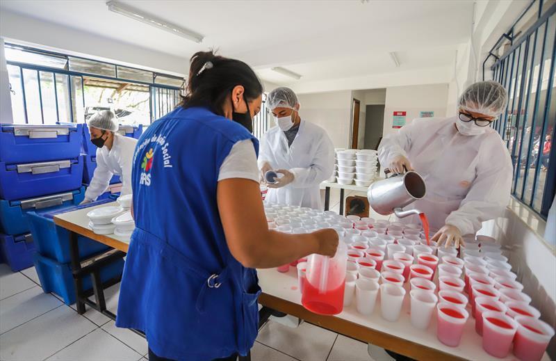 Hoje o programa Mesa Solidária distribui até 700 refeições por dia para moradores de rua. Mesa Solidária no Centro POP Plínio Tourinho. Curitiba, 26/02/2021 - Foto: Daniel Castellano / SMCS
