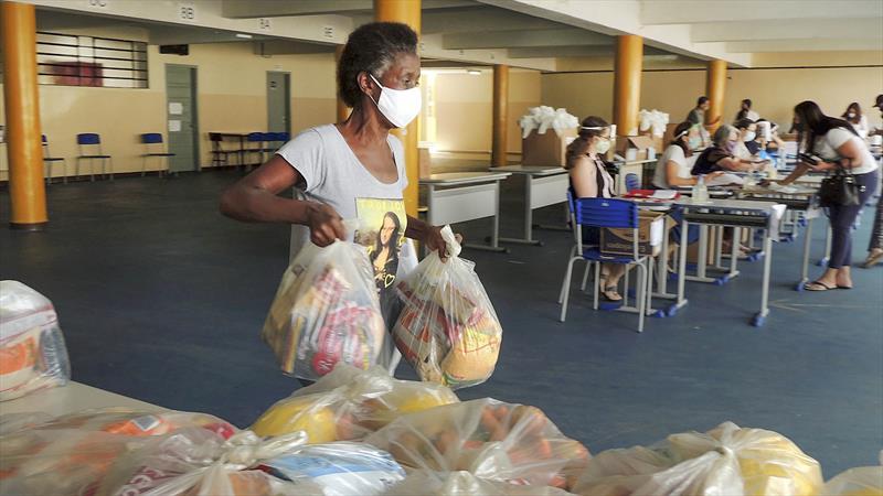 Prefeitura de Curitiba forneceu mais de 1 milhão de kits às famílias de estudantes desde o início da pandemias. Foto: Valdecir Galor/SMCS