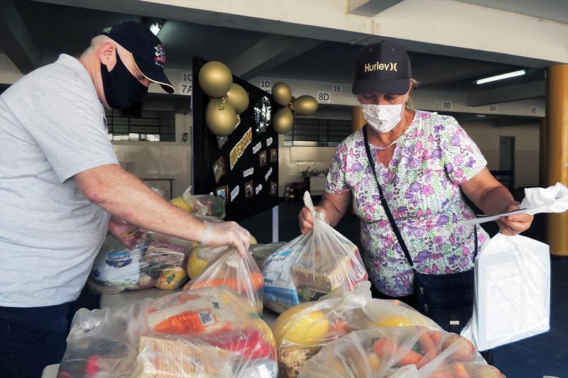 Prefeitura de Curitiba forneceu mais de 1 milhão de kits às famílias de estudantes desde o início da pandemia. Foto: Valdecir Galor/SMCS
