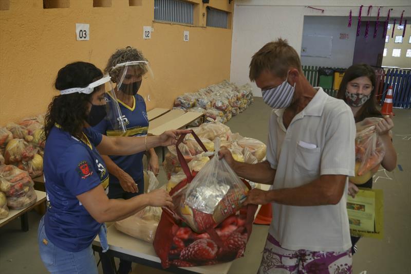 Prefeitura de Curitiba forneceu mais de 1 milhão de kits às famílias de estudantes desde o início da pandemia. Foto: Luiz Costa/SMCS