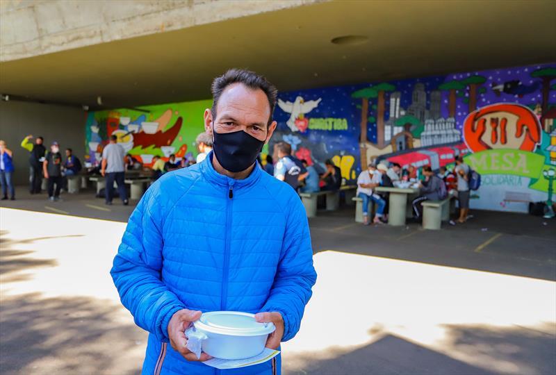 Moradores em situação de rua fazem sua refeição nas mesas da Praça Plinio Tourinho que faz parte do Programa mesa Solidária. Na imagem Josemar Alves Pereira - Curitiba, 09/04/2021 - Foto: Daniel Castellano / SMCS