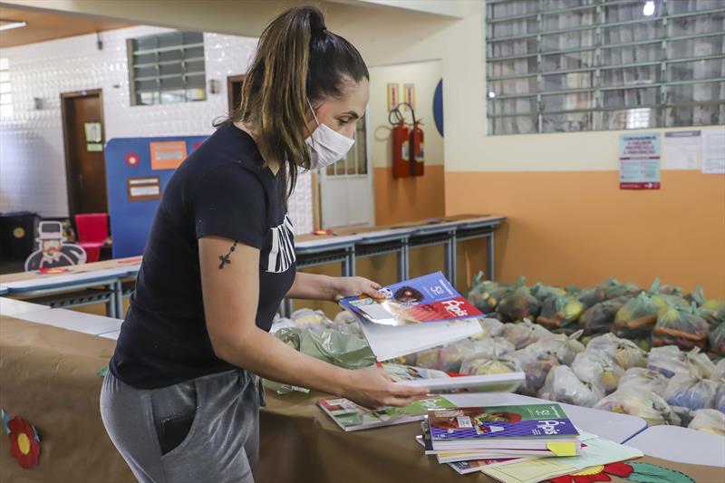 Começa nesta segunda (12) a primeira entrega do mês dos kits pedagógicos às famílias. Foto: Hully Paiva/SMCS