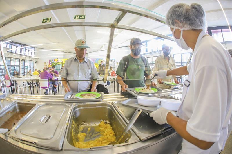 Curitiba garante dignidade à mesa e alojamento de qualidade a quem mais precisa.   - Na imagem, Restaurante Popular. Foto: Daniel Castellano / SMCS