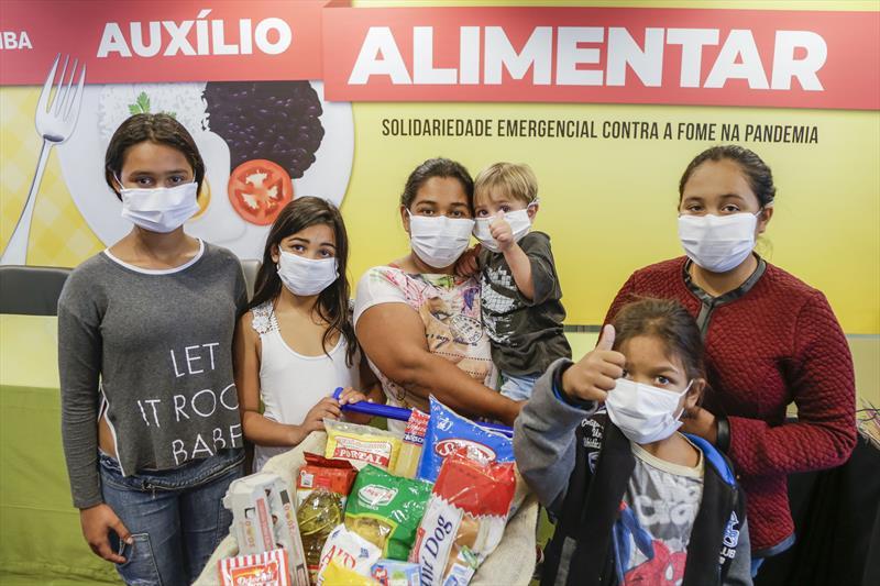 Neuci Helen de Andrade, moradora da Caximba, representando as famílias que serão beneficiadas com o auxílio alimentar no valor de R$ 70. Curitiba, 13/04/2020. Foto: Pedro Ribas/SMCS