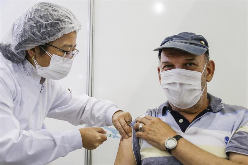 Confira a vacinação de 2ª dose, que avança para grupos de 74 a 71 anos. Curitiba, 12/04/2021. Foto: Pedro Ribas/SMCS