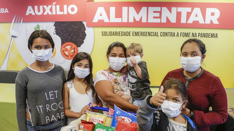 A Prefeitura lançou, o auxílio alimentar de Curitiba, que está beneficiando 35 mil famílias.- Na imagem, Neuci Helen de Andrade, moradora da Caximba. Curitiba, 13/04/2020. Foto: Pedro Ribas/SMCS