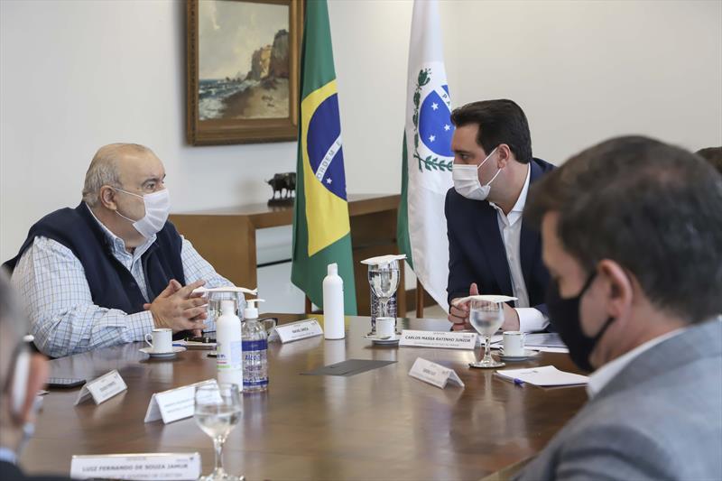 Prefeito Rafael Greca entrega ao governador Ratinho Junior os projetos executivos concluídos das trincheiras da Estação São Pedro. Curitiba, 16/04/2021. Foto: Hully Paiva/SMCS