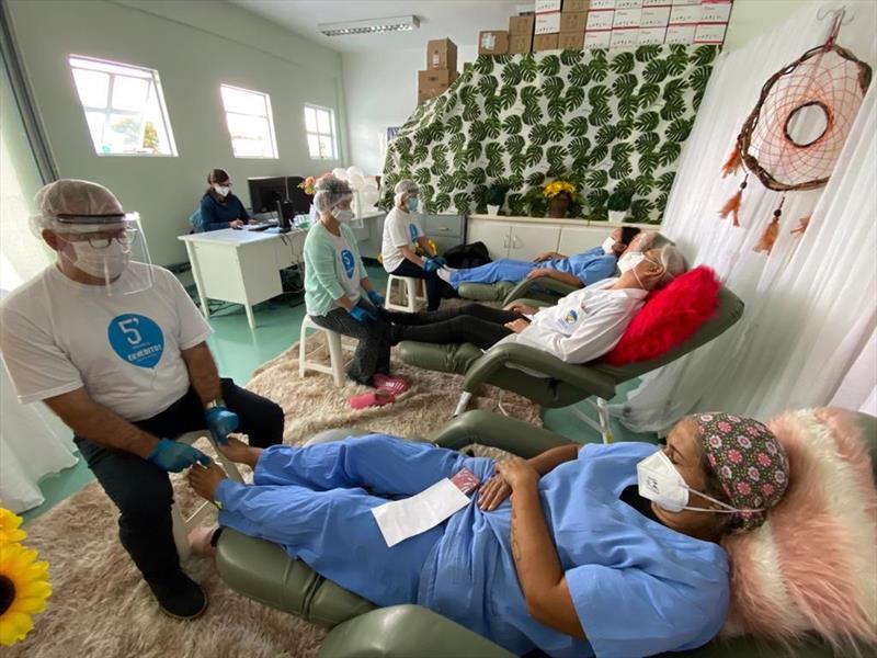 Voluntários levam conforto emocional para profissionais de saúde. Foto: Divulgação