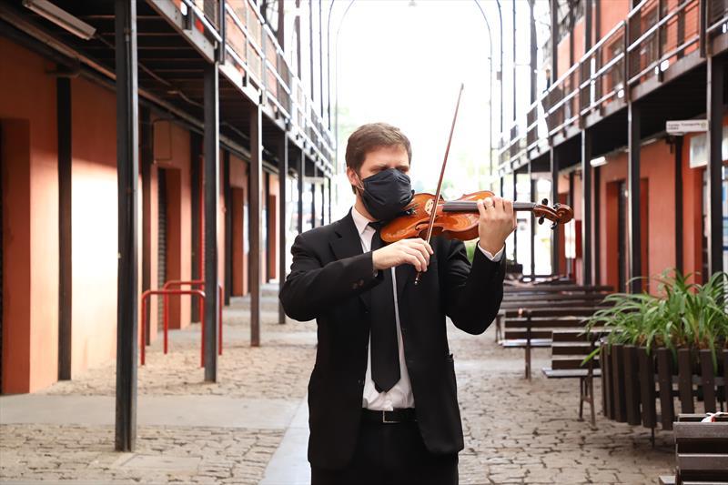 O violinista Gustavo Rech fez uma serenata para homenagear os servidores dos núcleos regionais que trabalham na Rua da Cidadania do Boqueirão. Curitiba, 29/04/2021. Foto: Hully Paiva/SMCS