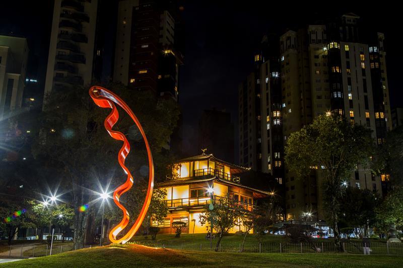 Casa da Cultura Japonesa, na Praça do Japão, com iluminação para o Maio Amarelo, movimento que alerta sobre os acidentes fatais no trânsito. Curitiba, 02/05/2021. Foto: Pedro Ribas/SMCS