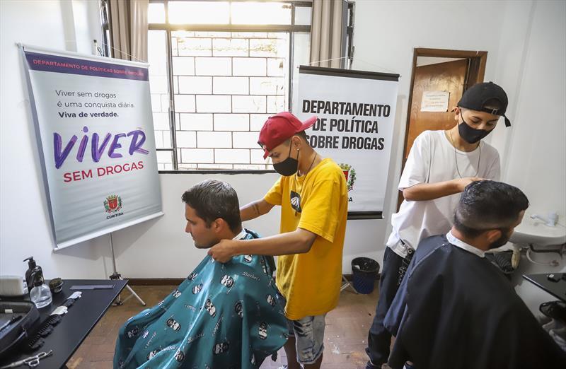 Ação voluntária, com corte de cabelo e barba a quem frequenta um dos três hotéis sociais através do projeto Nova Morada, Vida Nova, do Departamento de Política Sobre Drogas. Na imagem barbeiro voluntário Moisés Correia- Curitiba, 03/05/2021 - Foto: Daniel Castellano / SMCS