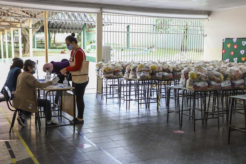Fornecimento dos kits de alimentação na Escola Fundamental Professora Sophia Gaertner Roslindo - Alto Boqueirão. Curitiba, 07/05/2021. Foto: Hully Paiva/SMCS