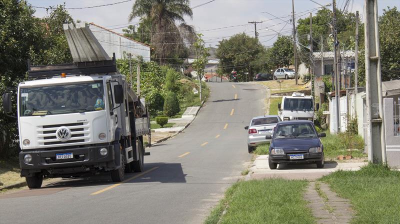 Andamento dos serviços de implantação da extensão da rede de iluminação pública nas ruas Ada Macaggi e José Lins do Rêgo, no Bairro Alto.  Divulgação/SMOP