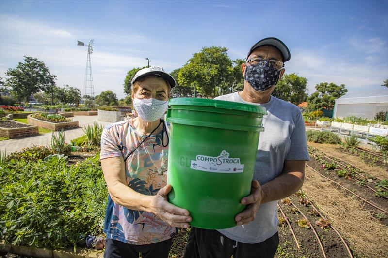 Programa Compostroca na Fazenda Urbana do Cajuru. Na imagem Jose Euclair de Souza  e Simiramys de Souza participantes do projeto  - Curitiba, 05/05/2021 - Foto: Daniel Castellano / SMCS