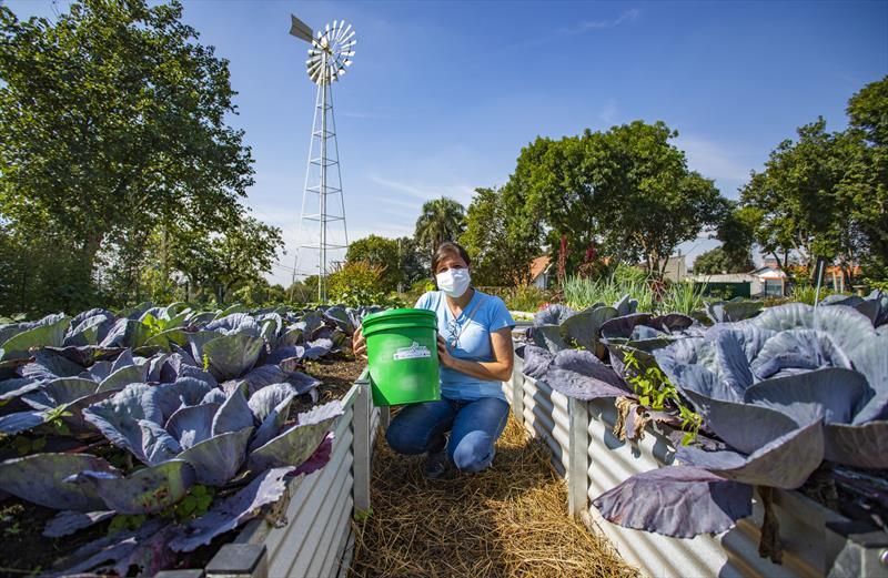 Programa Compostroca na Fazenda Urbana do Cajuru. Na imagem participante do projeto Simone Moralles Borba - Curitiba, 05/05/2021 - Foto: Daniel Castellano / SMCS