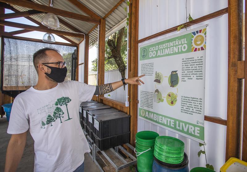 Programa Compostroca na Fazenda Urbana do Cajuru. Na imagem Mauricio Gikoski, responsável pela startup - Curitiba, 05/05/2021 - Foto: Daniel Castellano / SMCS