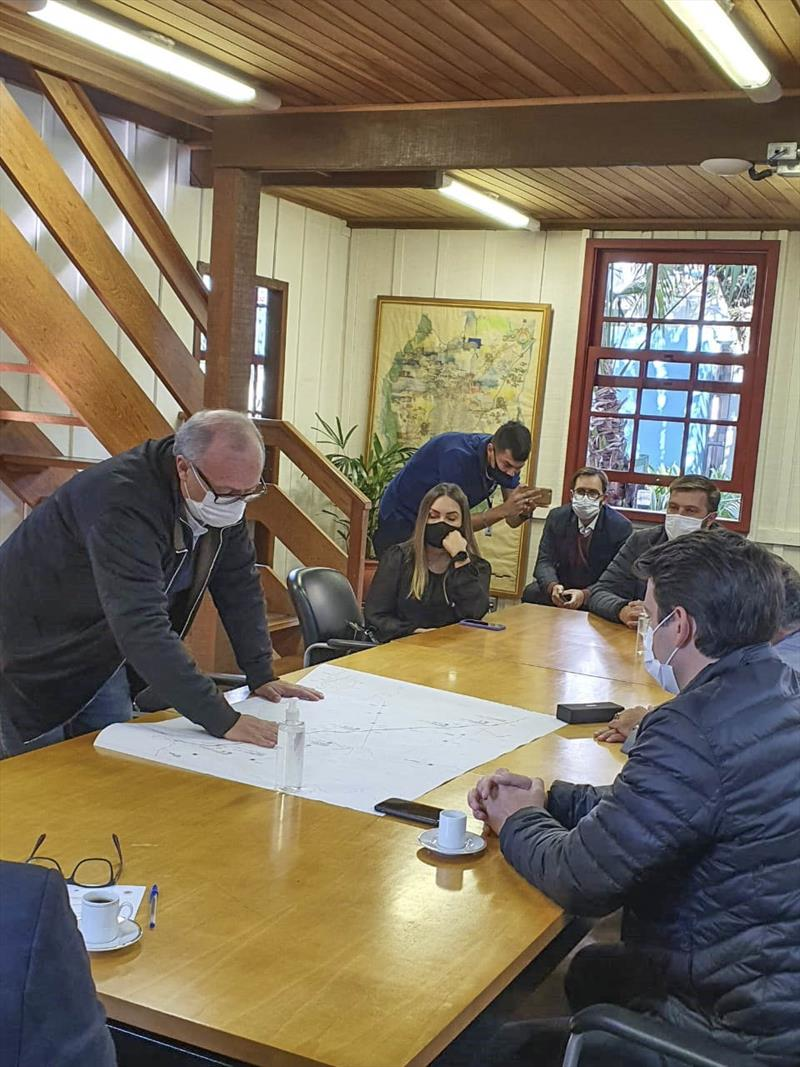 Em reunião no Ippuc, o deputado estadual Galo e a assessora do deputado Goura, Luza Basso, conheceram a íntegra do projeto da Linha Verde e detalhes do andamento das obras no trecho norte do corredor de transporte. Foto: Divulgação/IPPUC