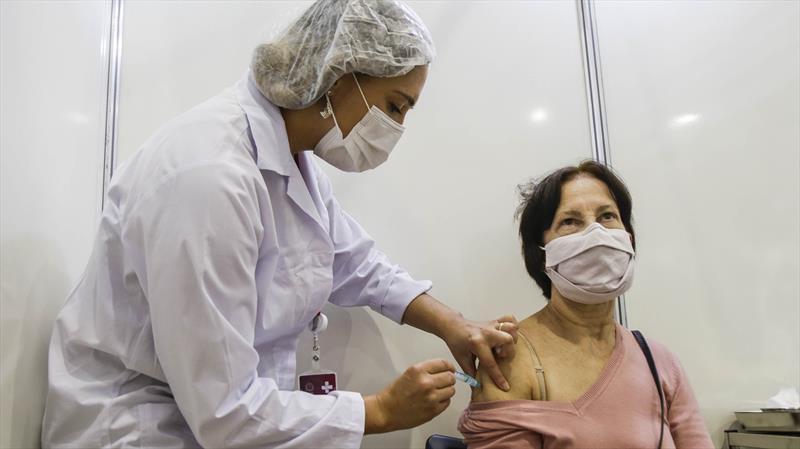 Curitiba vai vacinar pessoas com 57 anos completos e mais. Foto: Pedro Ribas/SMCS