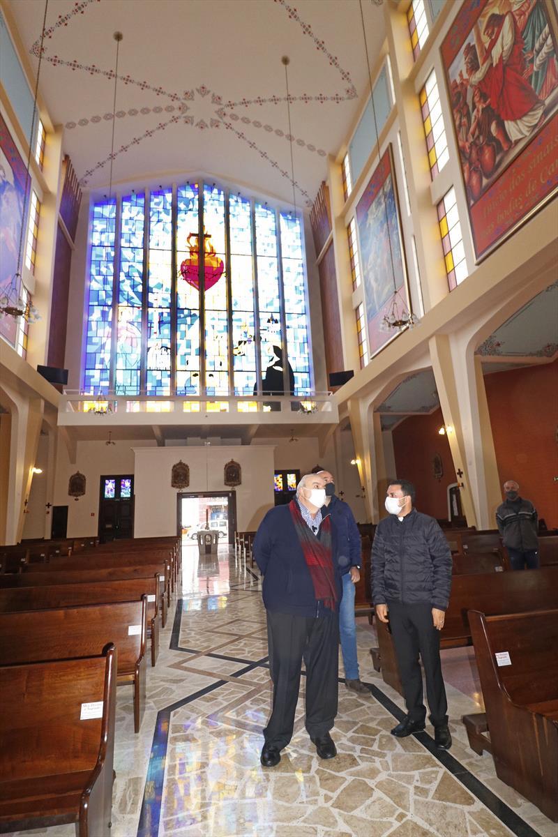Prefeito Rafael Greca visita o  Santuário Sagrado Coração de Jesus, ao seu lado o Padre Mauricio Gomes dos Anjos. Curitiba, 10/06/2021. Foto: Lucilia Guimarães/SMCS