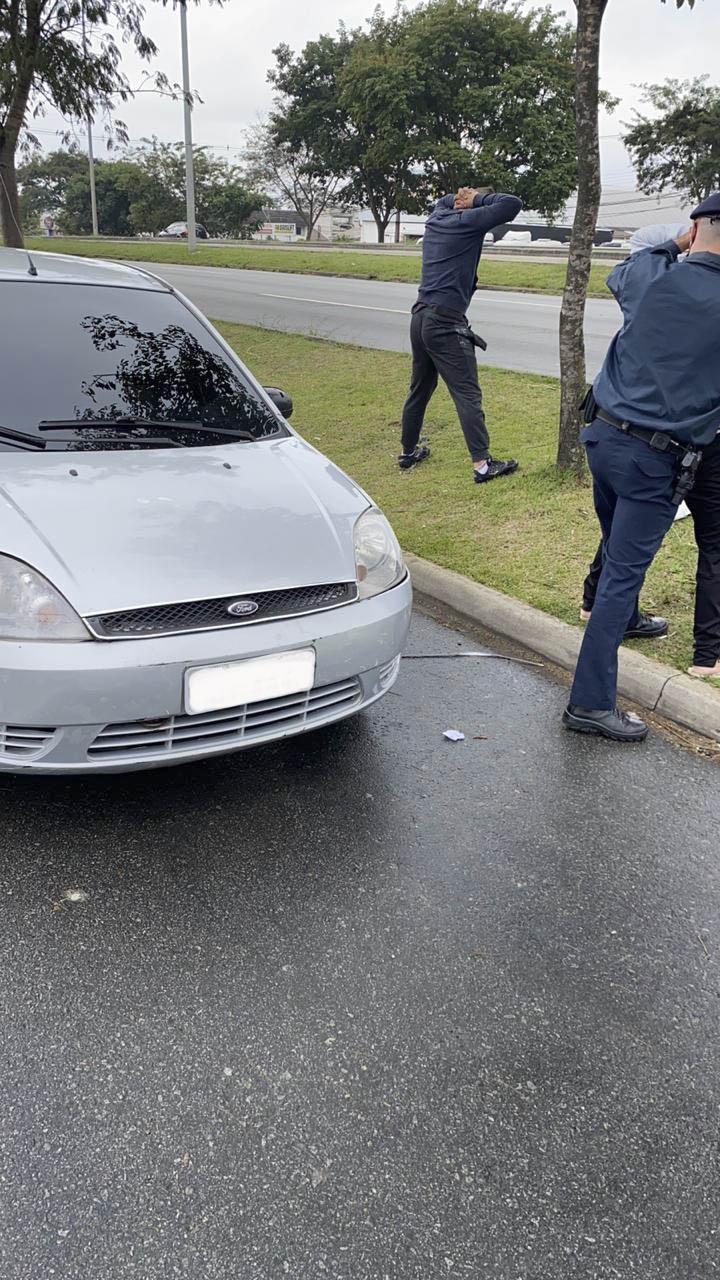 Suspeitos de furtar objetos em veículos são presos em estacionamento. Foto: Divulgação
