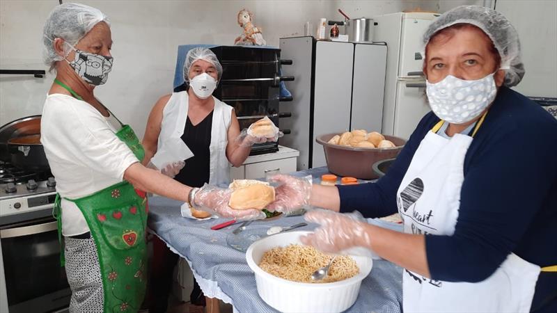 Preparo das refeições do Mesa Solidária, do grupo Amor em Ação.  Foto: Divulgação
