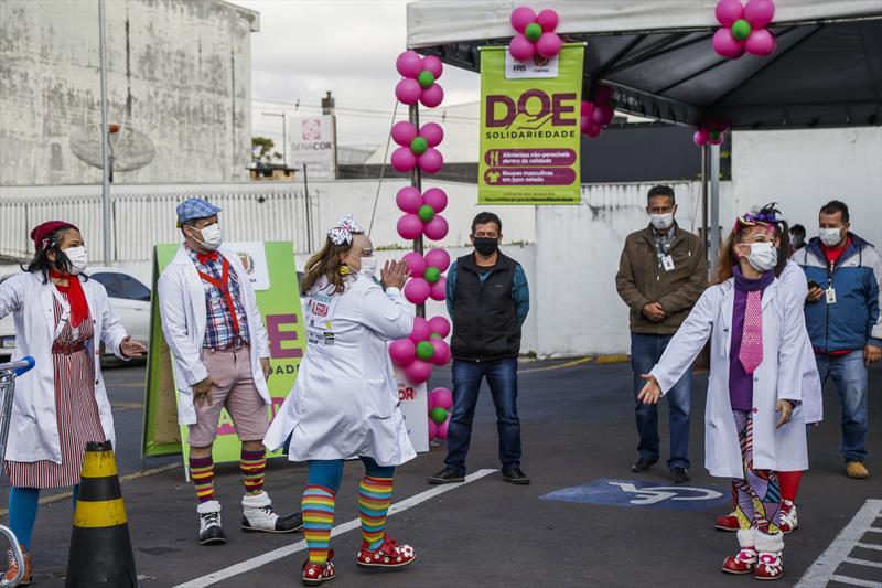 Drive-thru da campanha Doe Solidariedade, realizado no estacionamento do Supermercado Condor do Pinheirinho. Curitiba, 17/06/2021. Foto: Pedro Ribas/SMCS