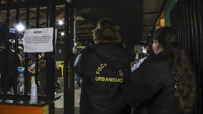 Fiscalização interdita 14 locais, entre eles um bar reincidente na infração. Foto: Hully Paiva/SMCS