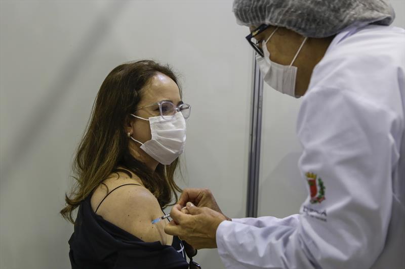 Profissionais da saúde recebem a 1ª dose da vacina da Pfizer. Curitiba, 06/05/2021. Foto: Pedro Ribas/SMCS