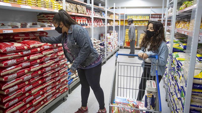 A Prefeitura começa a liberar a terceira parcela do auxílio alimentar de Curitiba.. Foto: Ricardo Marajó/SMCS