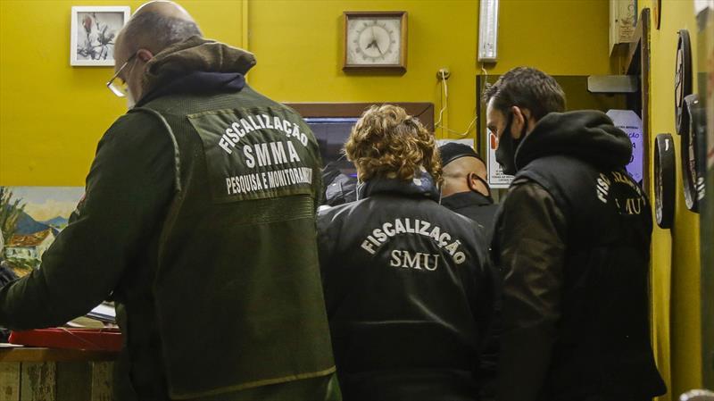 Em vistorias pelos bairros fiscais interditam 13 estabelecimentos. Foto: Pedro Ribas/SMCS