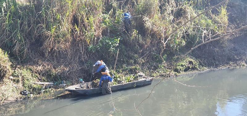Barco e mutirão promovem limpeza do Rio Belém no Boqueirão. Foto: Divulgação